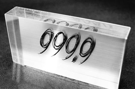 999.9フォーナインズのロゴプレート